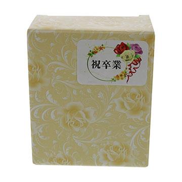 C.ヨコ型 包装箱に漢字のコサージュシールを貼った実例画像