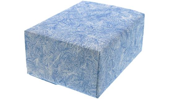 雲竜ブルー柄の包装紙で百貨店包装した箱の画像