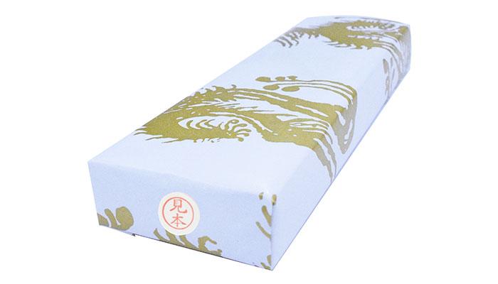 包装の上から浸透印の印影シールを貼っている画像